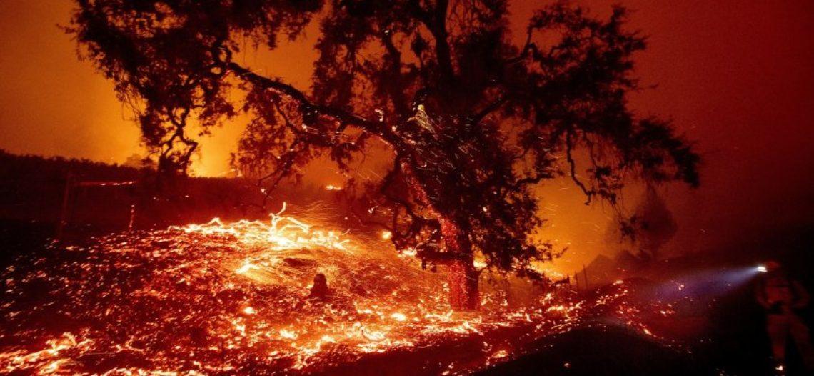 Ordenan evacuar a más de 40,000 personas por incendios al norte de LA