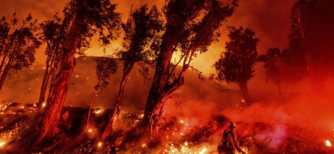 Mientras bomberos avanzan contra las llamas, autoridades levantan órdenes de evacuación