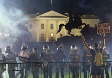 Trump, resguardado en búnker por protestas afuera de la Casa Blanca