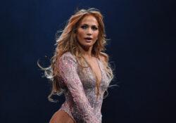 Jennifer Lopez impacta con su figura en la playa