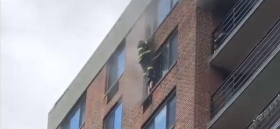 Incendio quema apartamentos en construcción en Texas