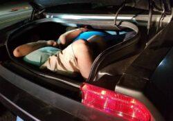 Descubren a inmigrantes ilegales en maletero