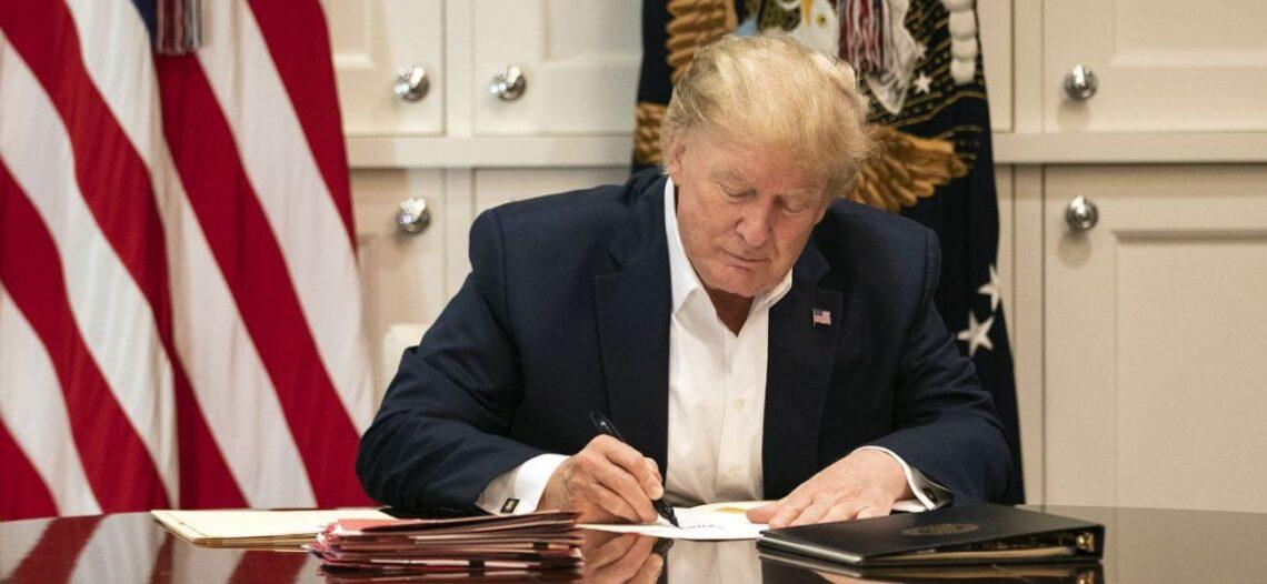 Trump sigue mejorando, dicen sus médicos