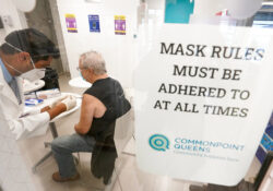 NY anuncia plan de vacunación para mayores de 16 y 30 años