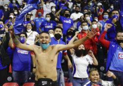 Cruz Azul, cerca de cortar su sequía de títulos al vencer a Santos en final de ida